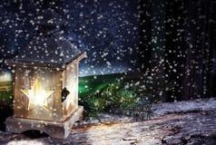 Lanterne dans des bourrasques de neige Photographie stock libre de droits