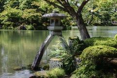 Lanterne dans Kenroku-en le jardin, Kanazawa, Japon images libres de droits