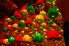 Lanterne dans l'architecture asiatique majestueuse de temple bouddhiste de style Photographie stock libre de droits