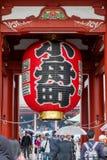 Lanterne dans le temple Sensoji de Kannon à Tokyo Images stock