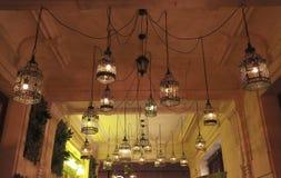 Lanterne de cru sur une rue de touristes à Budapest photographie stock