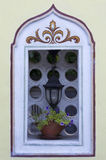 Lanterne de fenêtre et pot de fleur images libres de droits