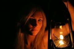 Lanterne de fixation de fille Photographie stock