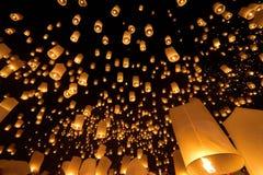 Lanterne de flottement Thaïlande de ciel Photo stock