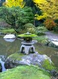 Lanterne de granit dans le jardin japonais, chute Photos libres de droits