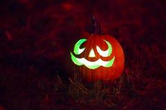 Lanterne de ` de Jack O rougeoyant verte photos stock