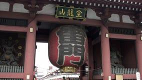 Lanterne de Kaminarimon avec la rue de Nakamise à l'arrière-plan clips vidéos