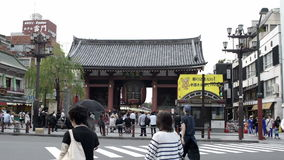 Lanterne de Kaminarimon avec la rue de Nakamise à l'arrière-plan banque de vidéos