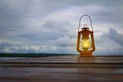 Lanterne de Lit rougeoyant dans l'obscurité Image stock