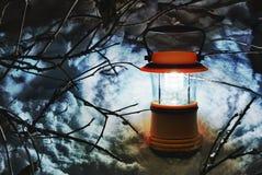 Lanterne de main dans la neige, HDR Photographie stock