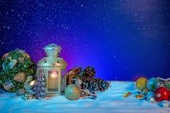 Lanterne de Milou avec des branches et des babioles de sapin sur la bannière de Noël photographie stock libre de droits