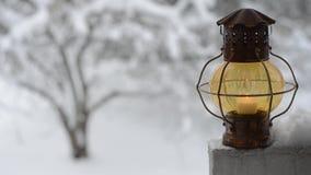 Lanterne de Noël contre le jardin d'hiver banque de vidéos