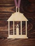 Lanterne de Noël de placage sur un fond en bois Image stock