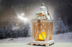 lanterne de Noël et sapins neigeux à l'arrière-plan Photographie stock