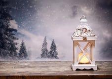 lanterne de Noël et sapins neigeux à l'arrière-plan Photos libres de droits