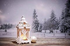 lanterne de Noël et sapins neigeux à l'arrière-plan Photo libre de droits