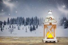 lanterne de Noël et sapins neigeux à l'arrière-plan Image libre de droits