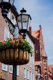Lanterne de r?verb?re de vintage avec le parterre Façades médiévales sur le fond dans Lueneburg Allemagne photo stock