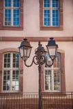 Lanterne de rue et grandes fenêtres Colmar, France images stock