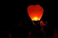 Lanterne de vol dans le ciel foncé Image stock