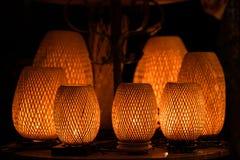 Lanterne decorative fatte del canestro di bambù della treccia dell'artigianato nella città antica di Hoi An, Vietnam fotografia stock libera da diritti