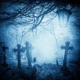 Lanterne dei gatti delle tombe del cimitero di notte dell'illustrazione di Halloween vecchie Fotografie Stock Libere da Diritti