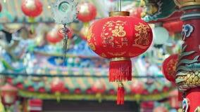 Lanterne del nuovo anno di Hinese con la media del testo di benedizione felice e la ricchezza nella città della porcellana stock footage