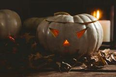 Lanterne di Jack o con le foglie di autunno sulla tavola Fotografie Stock