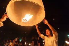 Lanterne di lancio del cielo fotografie stock
