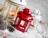 Lanterne brucianti e decorazione di natale foto stock for Decorazione lanterne natale