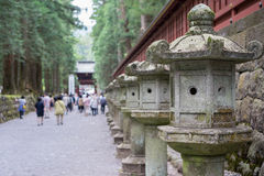 Lanterne di pietra al santuario di Toshogu a Nikko immagine stock