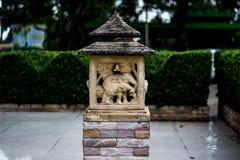 Lanterne di pietra nel giardino immagini stock