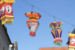 Lanterne di seta variopinte cinesi su cielo blu Immagini Stock Libere da Diritti