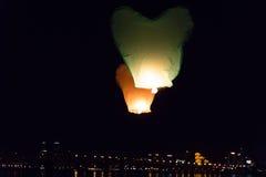 Lanterne di volo nel cielo scuro Fotografie Stock Libere da Diritti