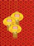 Lanterne dorate gialle con il modello rosso su fondo rosso Fotografie Stock
