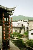 Lanterne e case antiche che affrontano un fiume, porcellana Immagini Stock