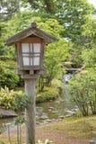 Lanterne en bois dans le jardin japonais Image libre de droits