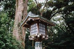 Lanterne en bois de style japonais avec des arbres sur le fond photos stock