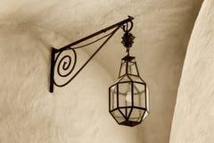 Lanterne en fer forgé avec son ombre sur le mur jaune, Telc, Photo libre de droits