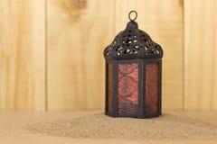 Lanterne en métal sur le sable Photographie stock