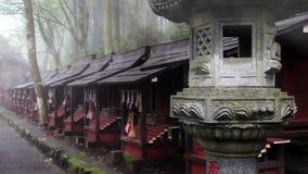 Lanterne en pierre antique dans le brouillard Le complexe Mitsumine de temple japan Chichibu Saitama banque de vidéos