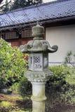 Lanterne en pierre au jardin japonais Images libres de droits