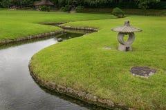 Lanterne en pierre dans le jardin de Korakuen au Japon Photo stock