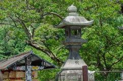 Lanterne en pierre japonaise traditionnelle à Kyoto japan image stock
