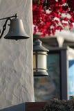 Lanterne et cloche de fer dans la ville historique Image libre de droits