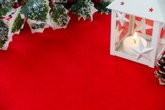 Lanterne et Holly Branch de Noël sur le fond rouge Images libres de droits