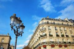 Lanterne et maison sur un fond de ciel bleu Images stock