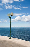 Lanterne et mer images stock