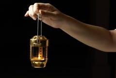 Lanterne femelle de fixation de main photographie stock libre de droits