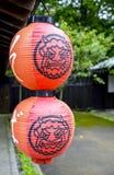 Lanterne giapponesi con l'immagine gigante Fotografie Stock